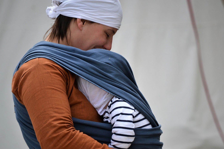 Od kiedy używać chusty do noszenia dziecka?